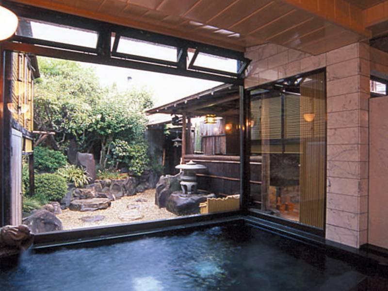 【内湯】御影石・大理石の庭園風呂