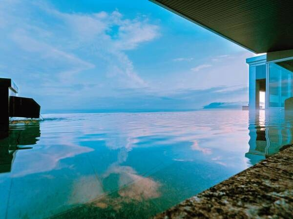 津軽海峡を一望できる最上階【古の無限海灯露天風呂】月と海に光る漁火の灯に包まれながら「月見酒」が楽しめる。(※月見酒は別途有料となります)