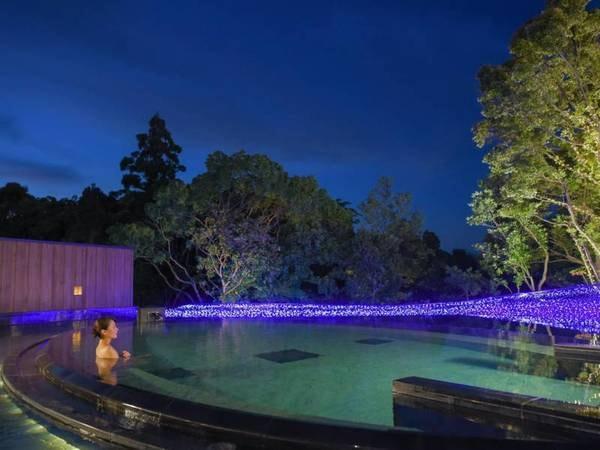 【白浜古賀の井リゾート&スパ】すべての客室がオーシャンビュー。約100種類の鮮やかな料理が並ぶ夕食バイキングは圧巻。まるで水面に浮かぶような露天風呂で夢心地のひとときを。