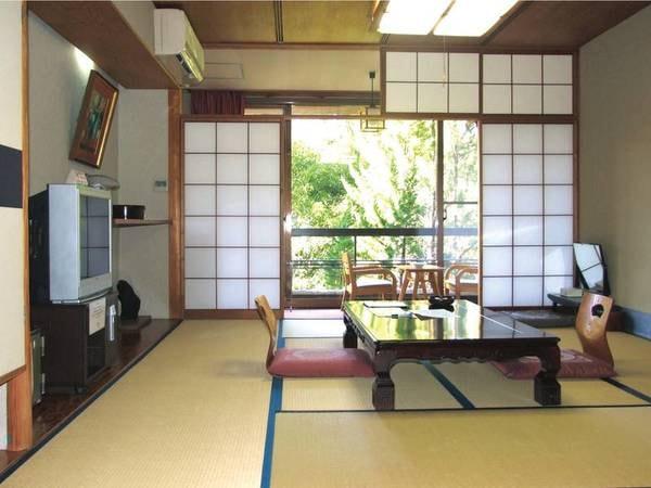 【和室/例】窓の外には熊野の山々の眺望が広がる