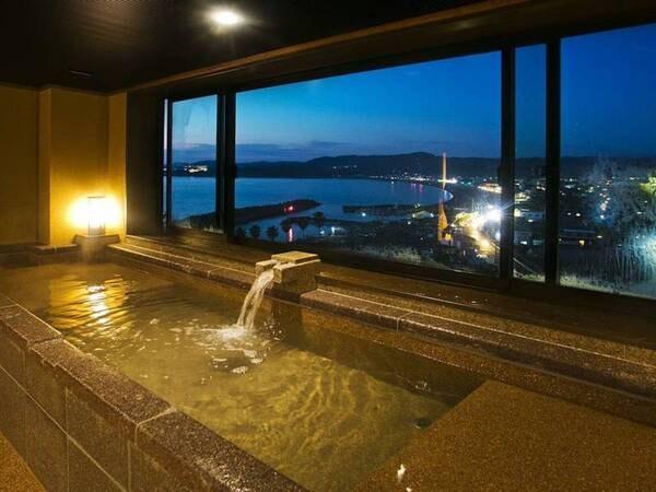 【名湯と紀州の幸を愉しむ宿 朝日楼】紀州三良泉の一つとして名高いみなべ温泉。展望浴場では桶風呂で特別なひとときを