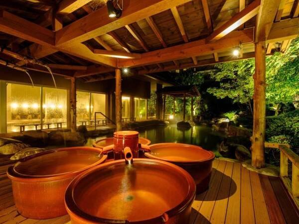 【うららの湯】湯船の中央にある木枠に菖蒲やゆずなどを入れ、 季節の植物の香りが楽しめる