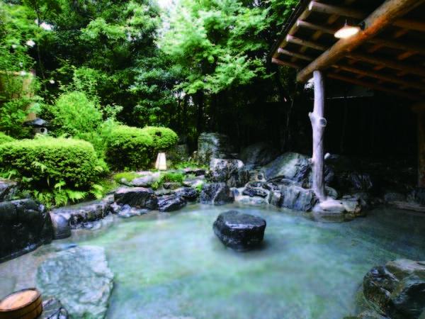 【浪漫伝承の宿 明石家】天然温泉100%かけ流しのとろりとした湯。平日宿泊特典の貸切露天風呂(1組1回)