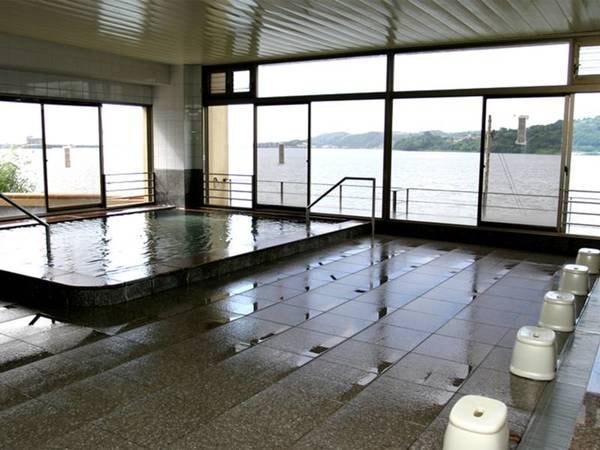 【大浴場】東郷湖を眺めることができ、のんびり雄大な気分に浸ることができます。