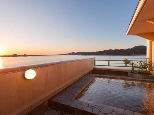 【露天風呂】東郷湖を上から眺める露天風呂は絶景の一言
