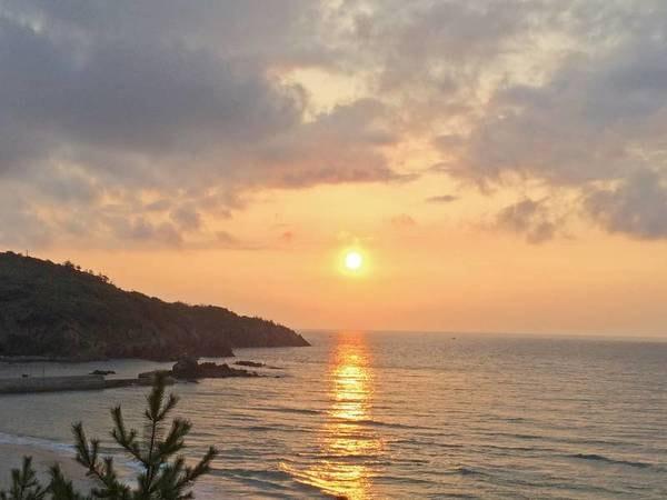 隣接する海岸から見える夕日