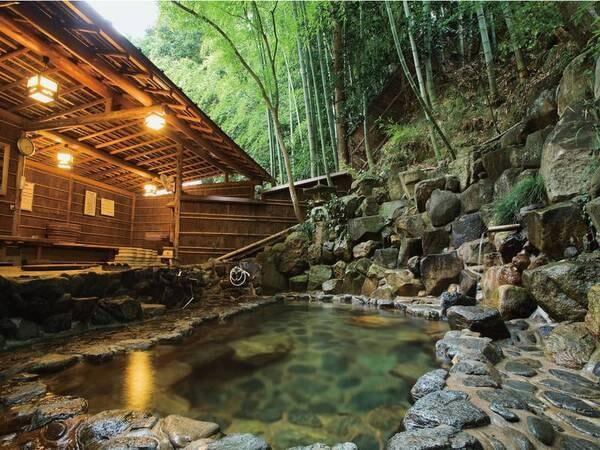 【露天(ささなきの湯)】竹林に囲まれた露天風呂