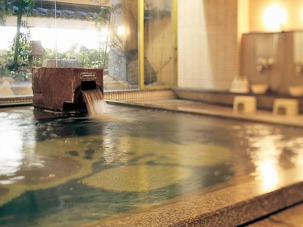 【大浴場「白梅」】窓ごしに見える和風の庭が旅の心を和ませてくれる