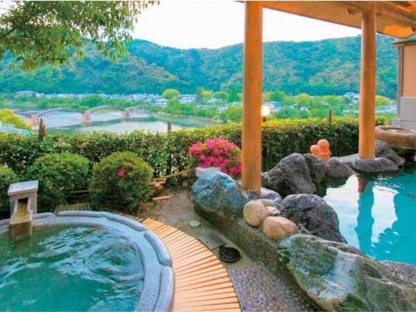 【朝霧の湯/露天風呂】眼下に日本三大名橋 「 錦帯橋 」を望むことができる