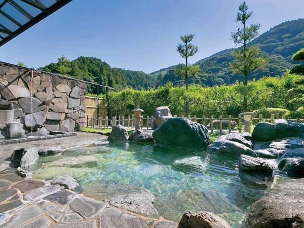 【露天風呂】山々に囲まれた大自然の中で温泉を堪能