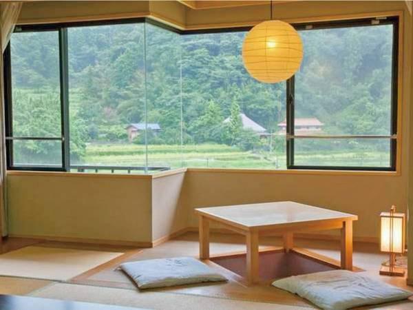 【客室/例】掘りごたつ風の窓側のテーブルでゆったりくつろぐ