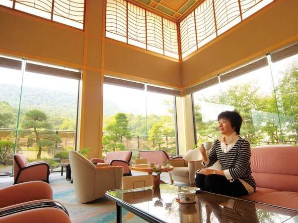 【ロビー】高い天井と広々とした造りのロビーは厳格ある温泉旅館の貫録を感じさせられる。外には緑豊かな景色が。