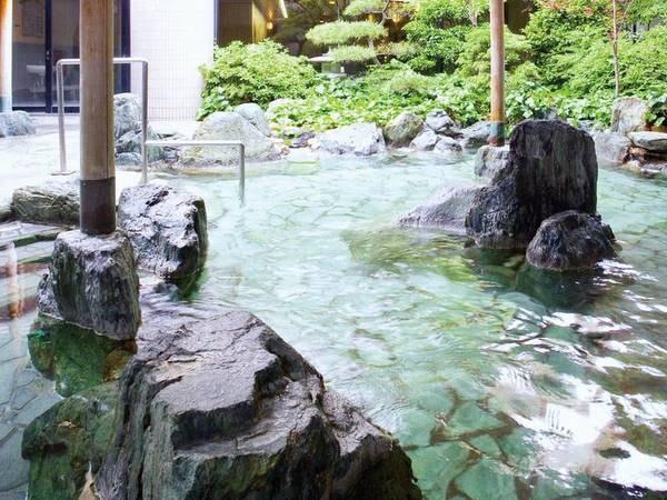 【大浴場】四季を感じる草木を眺めながらリラックス。大浴場にはサウナも併設。 男女それぞれ6種の湯があり、朝晩入れ替え制なので最大12種の湯めぐりを堪能することができる