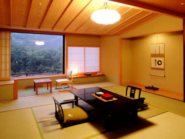 【飛天和室/例】香川のみどり百選に選ばれた「象頭山」を望む12.5畳の和室