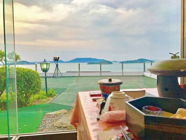 【食事会場からの眺望/例】瀬戸内海に浮かぶ島々と空が目の前に大きく広がる絶景。さらに空には鳶が悠々と舞う様子も見ることができる。