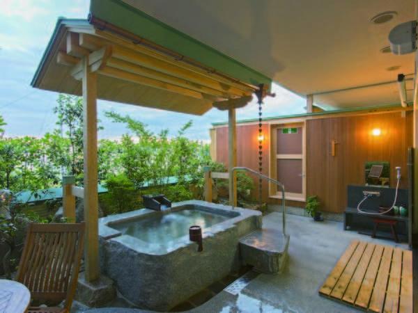【客室露天風呂/例】かけ流しの湯を24時間利用可能