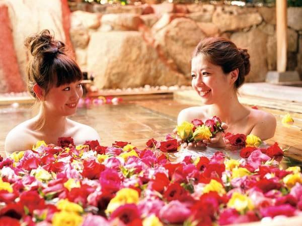 【花すみか】夜はバラ、朝は蘭を浮かべた優雅な女性限定の華風呂。館内には全部で2つの多彩な天然温泉湯処があり、最大15種の湯巡りを愉しむことができる。