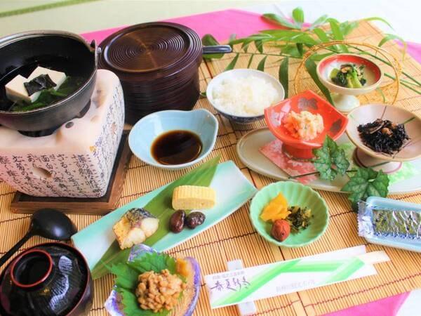 【朝食】湯豆腐、焼魚、出し巻き卵など、温泉旅館らしい和朝食です。