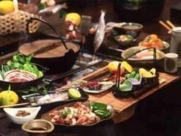 【料理一例】いろりの広間で会席料理に舌鼓