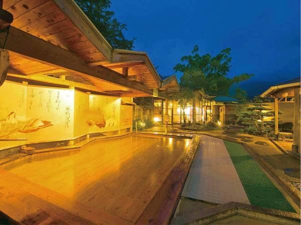 【かぐや姫の湯(女湯)】竹の産地である脇田にちなみ、17種類の竹が囲む露天温泉。浮世絵を眺めながら、優雅に湯浴み