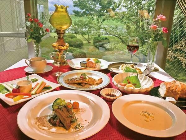 【延命館】和洋を織り交ぜた夕食がクチコミでも高評価! 心地よいぬるめのとろり湯でリラックス