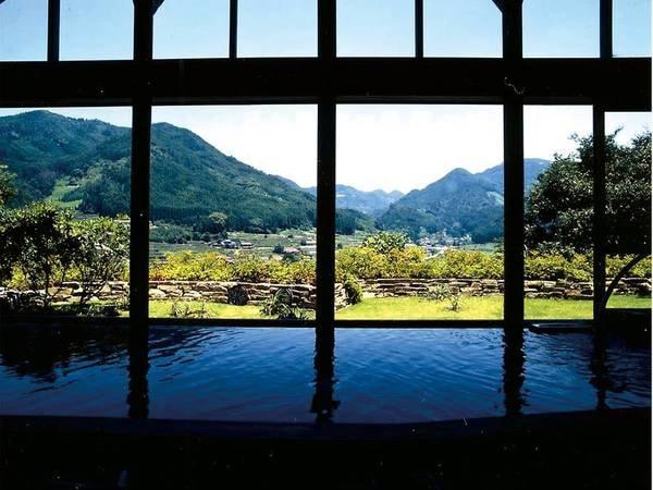 【温泉館 きらら】四季折々の星野村を一望する大浴場で緑に癒される