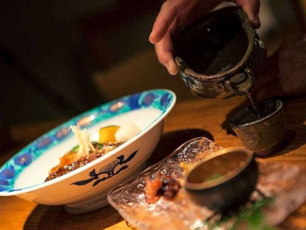 お料理は浜崎でとれた活きのよい『海の幸』。地場の魚料理と佐賀の名酒で旅気分を盛りあげます。