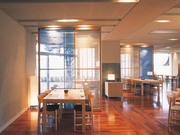 【レストラン三心亭】海を眺める眺望が自慢のレストランです。開放的な雰囲気の中でお食事をどうぞ。