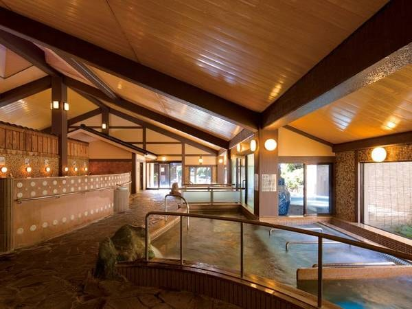 【大浴場】寝湯・立湯・箱蒸し風呂・檜風呂など男女計15種の趣向を凝らした湯殿