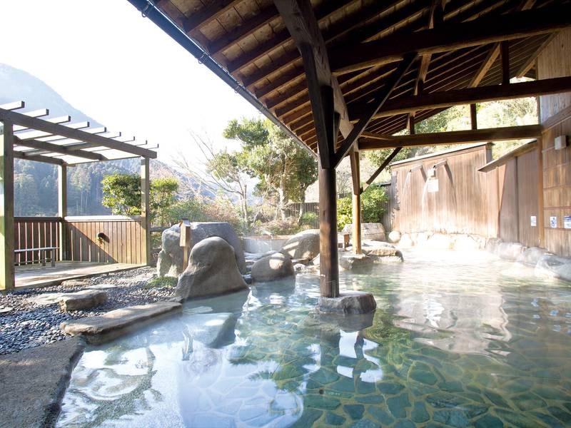 【露天風呂】1日43トン余の豊富な湧出量を誇る自家源泉。泉温38℃のぬる湯をのんびりと満喫