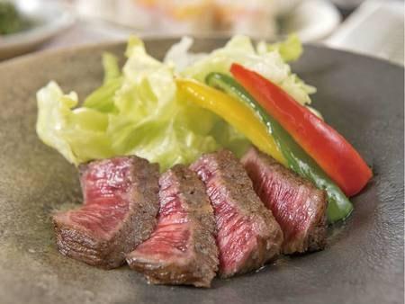 伊万里牛は陶板焼きやタタキなど、季節に合わせたお料理でご提供/例