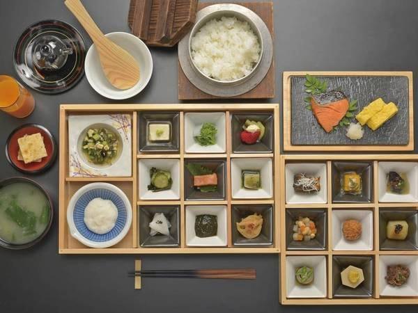 こだわりの朝食は全28種の小鉢で唐津の美味を堪能/例