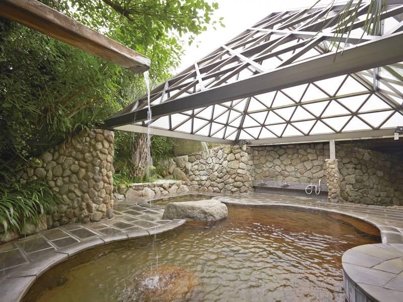 【露天風呂】庭園内にあるピラミッド型の屋根が印象的な露天