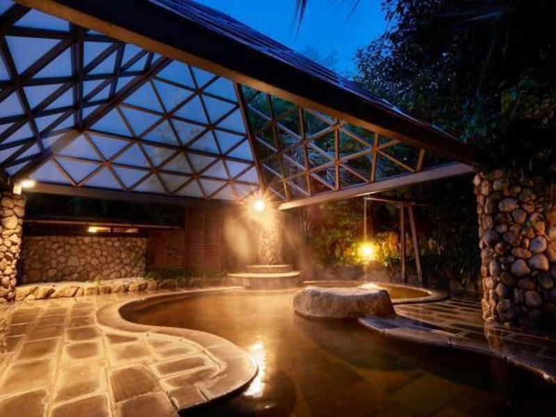 夜の露天風呂は幻想的な雰囲気