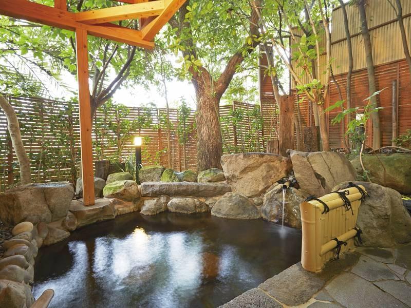 【貸切露天風呂・緑庵】緑に囲まれたプライベートな空間。掛け流しの露天風呂をご家族やご友人同士でゆっくりと寛げる (宿泊者:1回45分2,000円(税別)※当日フロントで申込)