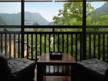 やさしい緑の山々を眺めボーッと寛いでください。なんだか時間がゆっくり流れます♪
