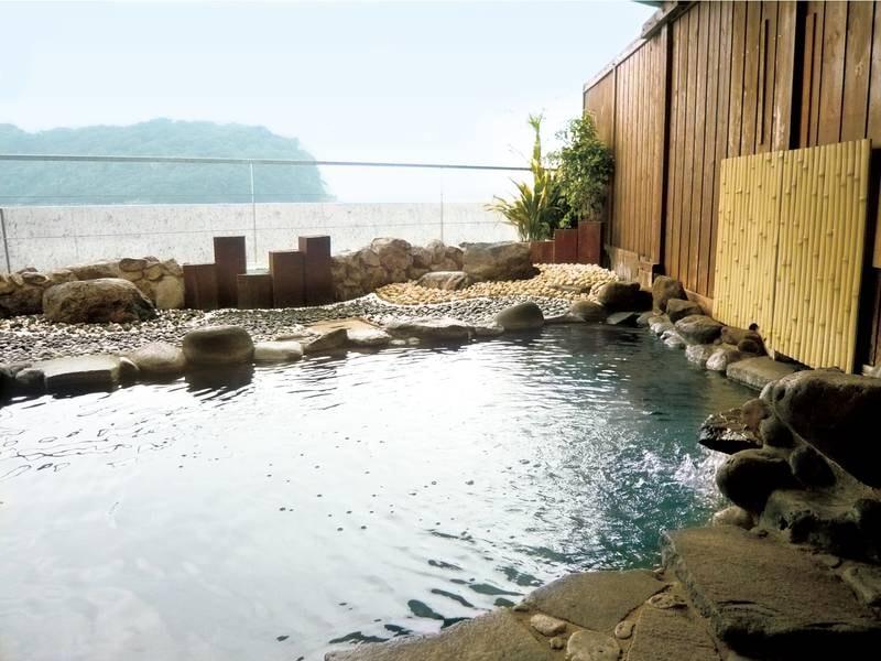 【みさき館 女性露天風呂】まるで海に浮かんでいるような気分に浸れる開放的な露天風呂