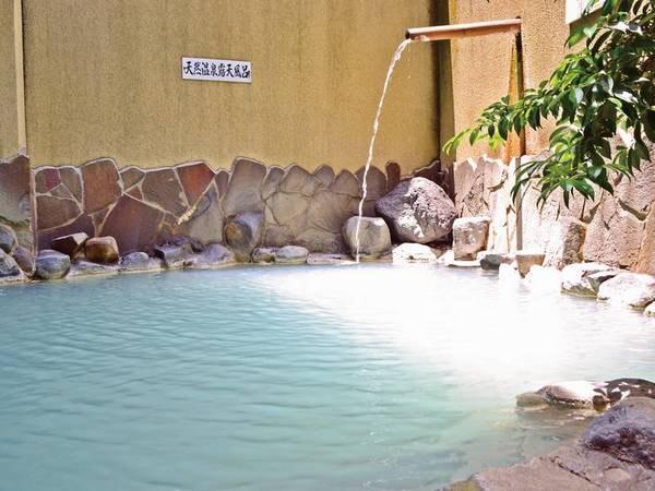 【露天風呂】乳白色の硫黄泉はまろやかな肌当たり