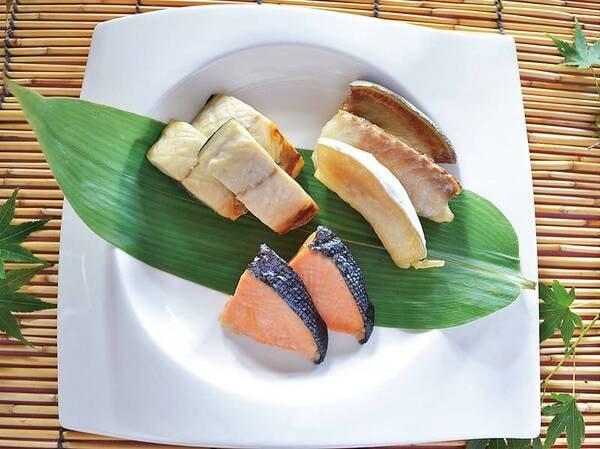 【朝食バイキング/一例】焼き魚各種。数量限定!自家製の鮮魚の荒(骨)風干しがイチオシ