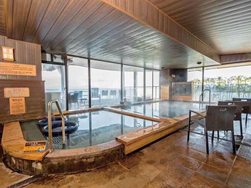 展望大浴場 源泉かけ流し「黄金」 開放的な大浴場は大きな窓ガラスからは大海原を望め、昼も夜もお楽しみいただけます。