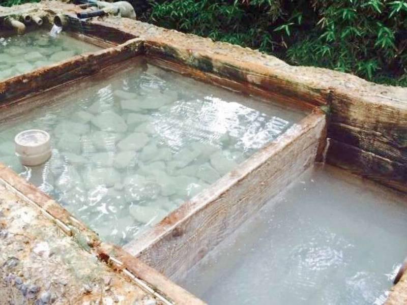 雲仙地獄から引いた源泉かけ流し温泉はpH2.5前後と酸性度の高い泉質