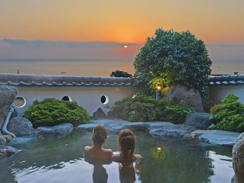 【七万石の湯】温泉に浸かりながら眺める朝日は、格別のもの。刻一刻と表情を変える空と海の壮大な景色を眺めながら、贅沢なひとときを・・・