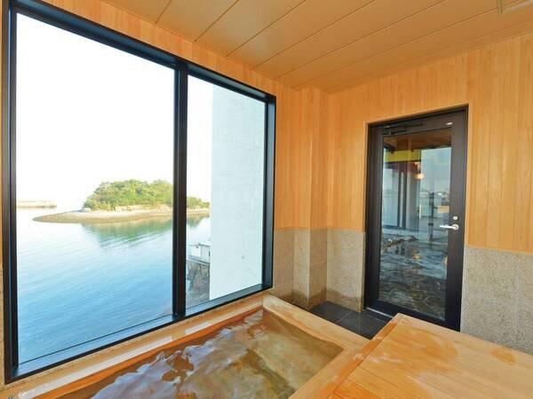 【岬の湯】水風呂とひのきサウナも、全てオーシャンフロント。有明海を一望することができる。