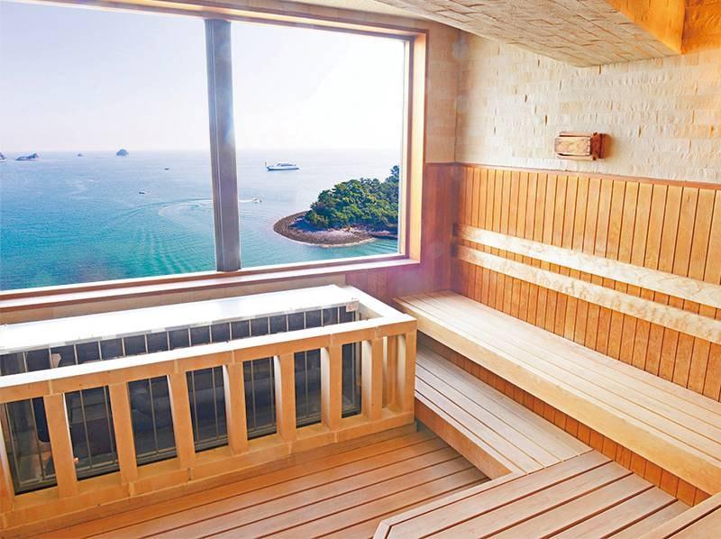 【和の湯(檜風呂)】海と九十九島を見下ろす、ひのきで作られた遠赤外線サウナ。