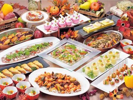 【季節替わりのビュッフェ/例】季節ごとに内容が変わるビュッフェプラン。佐世保レモンステーキや旬魚のグリル、長崎郷土料理など多彩な味が楽しめると好評