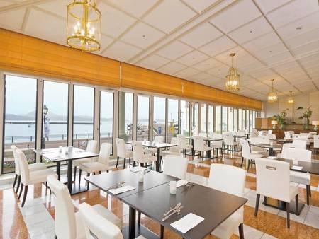 【食事会場/例】大村湾が目の前に広がる開放的な空間でゆったりと食事を楽しめる