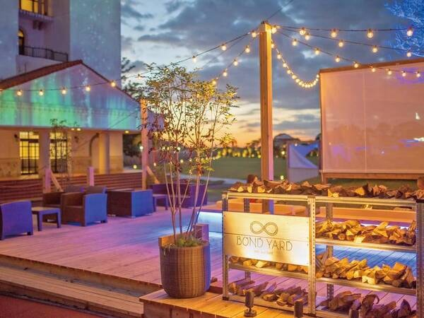 【BAR and CAFÉ BOND YARD(バーアンドカフェボンドヤード)】夜は穏やかなひと時を過ごすバー&カフェがオープン※屋外の為、強風・雨天時は店休。※別途有料
