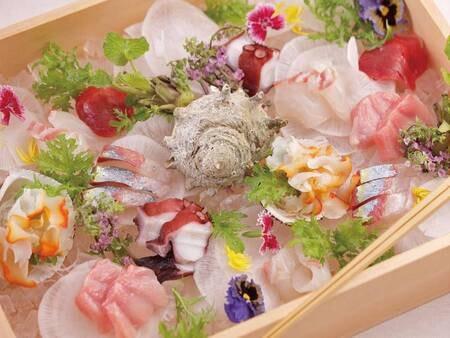 【旬を味わう和食会席/例】旬のお造り:新鮮さはもちろんのこと、盛り付けの美しさも愉しむことが出来る