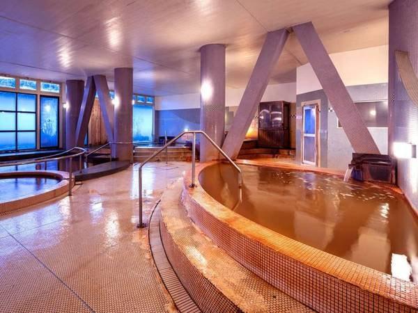 【大浴場】広々とした男女別の天然温泉大浴場。豊富な成分が疲れた身体を癒してくれる、天然の『赤湯』です