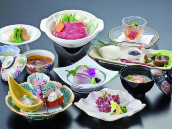 【夕食/例】歴史ある料亭の流れを汲む月替わりの懐石が味わえる